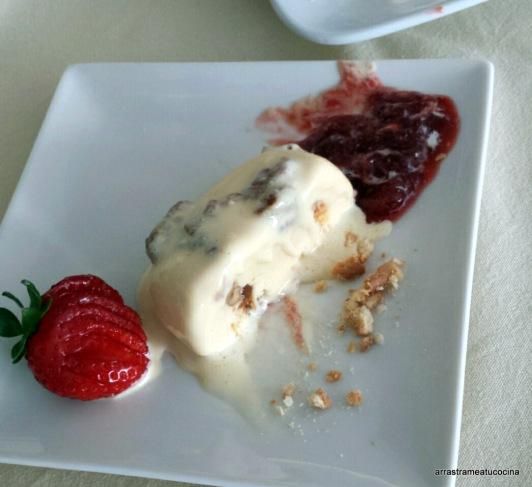 biscuit de queso y salsa de fresas.2